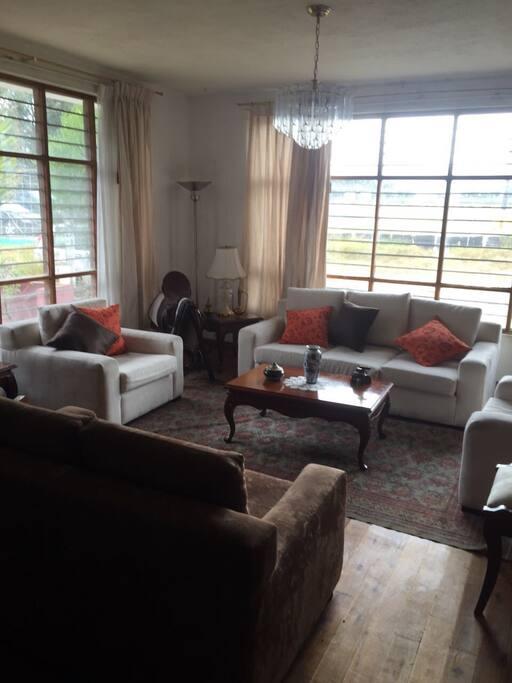 Sala principal y muy cómoda para que los huéspedes se sientan relajados