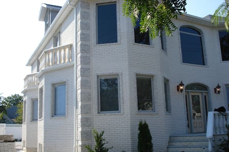 Luxurious grand home in Floral Park - Floral Park