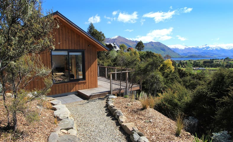 Black Peak Chalet~cosy, private, spectacular views