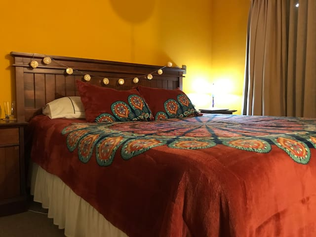 Habitación Suit en segundo piso con cama King y baño privado
