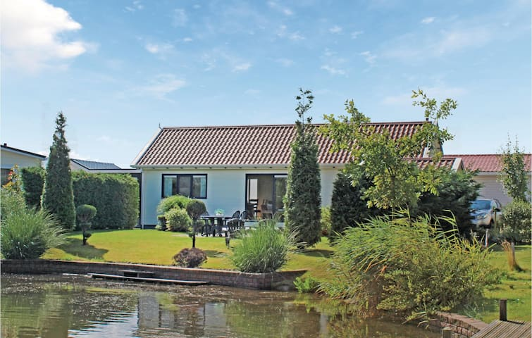 Holiday cottage with 2 bedrooms on 55m² in Sint-Annaland