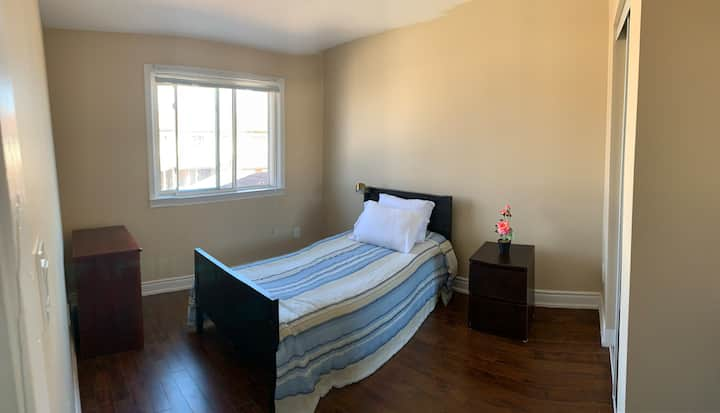 Room A NICE TOWNHOUSE BESIDE TORONTO AIRPORT YYZ