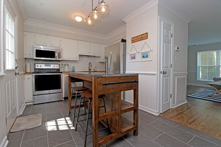 Cozy Townhome - Minutes from Sullivan's Island!
