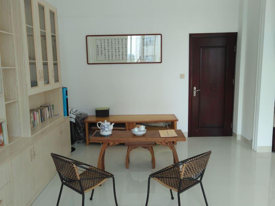 客厅,配备茶桌和休闲椅子。