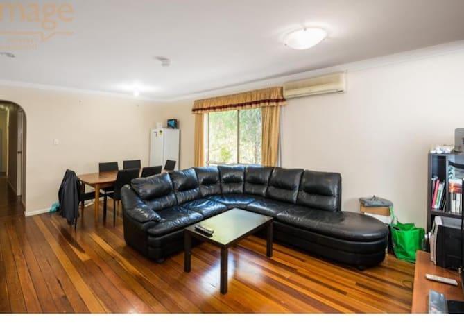 **Perfect Brisbane student getaway Near Uni **Duo