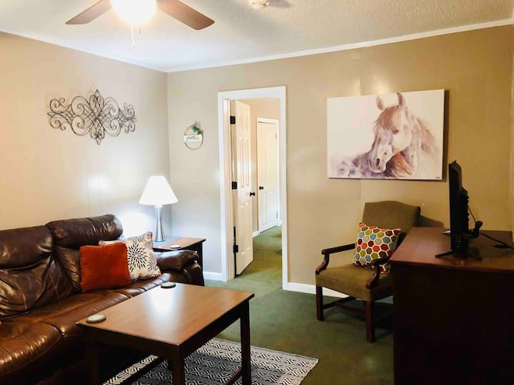 2BR🐎Walk to OAKLAWN🎰Near🍽Restaurants🚵‍♂️Downtown🌿Park