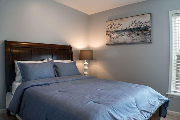 Second bedroom with queen bed (sleeps 2)