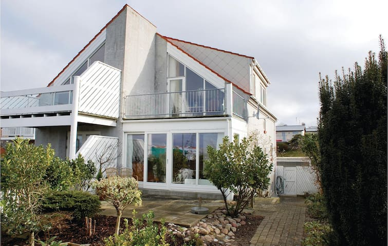 Semi-Detached with 1 bedroom on 100 m²