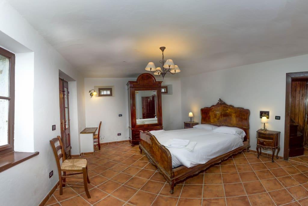 Camera da letto con letto matrimoniale e accesso diretto al giardino