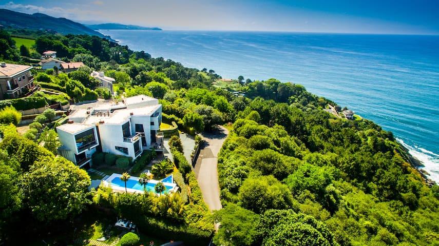 Вилла находится в спокойном районе города Сан Себастьян, в 5 минутах до пляжа Ондаретта и 10 минутах до центра города