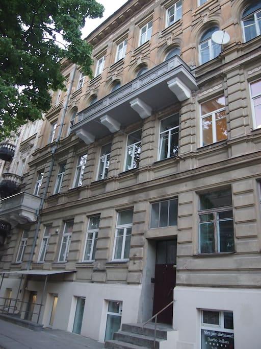 Квартира - слева в бельэтаже