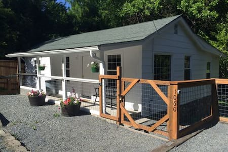 Daisy Creek Cottage-Pet Friendly! - Jacksonville