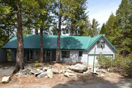 Large and spacious two story cabin. - Shaver Lake - Stuga