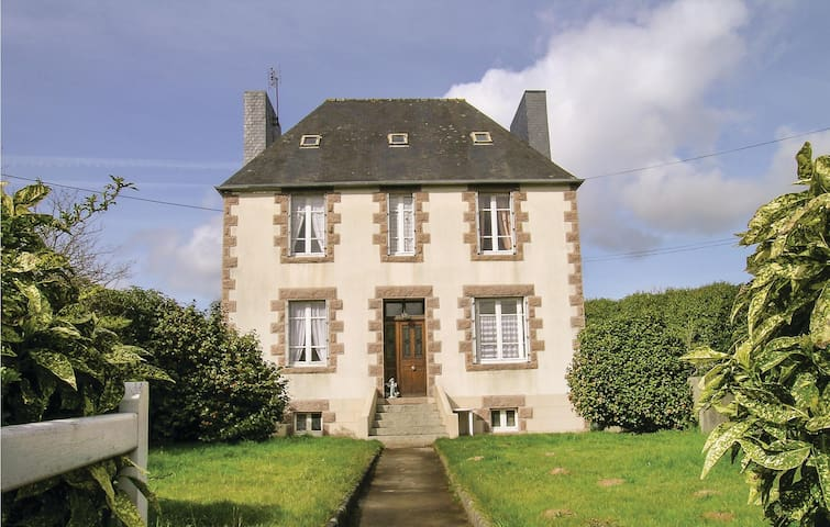 Holiday cottage with 3 bedrooms on 80 m² in Ploujean