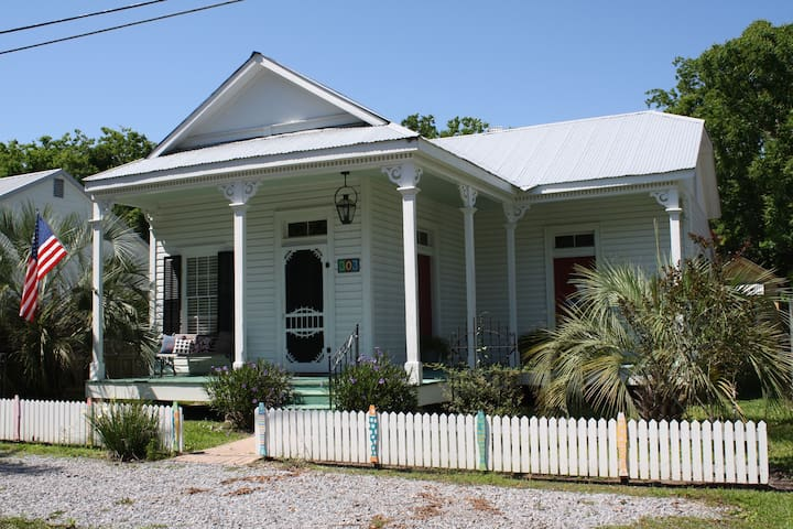 1890's Historic Cottage in Old Town BSL