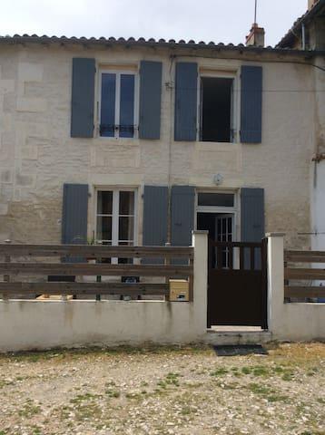 Loue chambre dans Maison charentaise - Saint-Jean-d'Angély - Townhouse