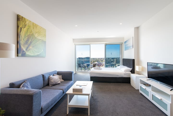 CBD Deluxe Studio Penthouse with Square View #3