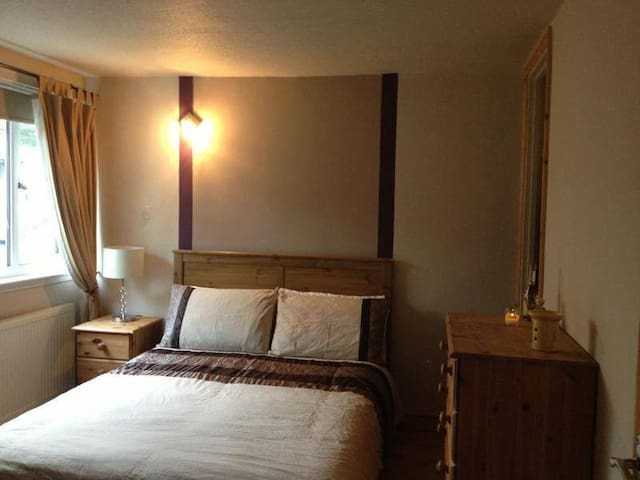 Spacious double room overlooks gdn - Camberley
