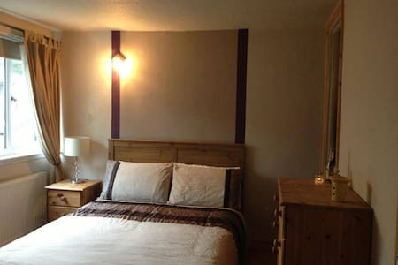 Spacious double room overlooks gdn - Camberley - 独立屋