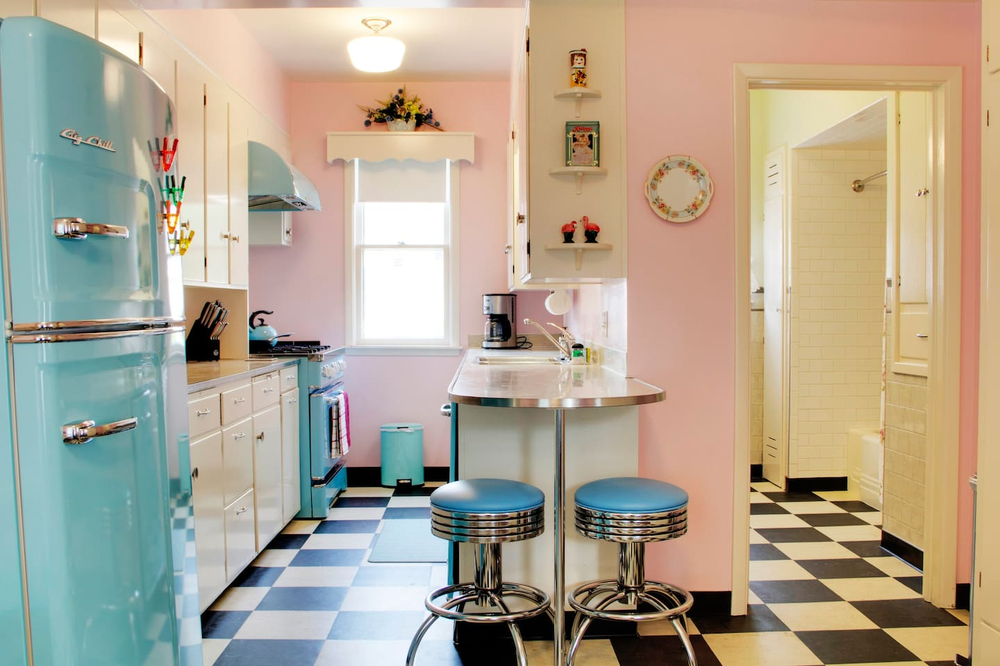 50's vibe, modern conveniences in downtown, sleeps 11