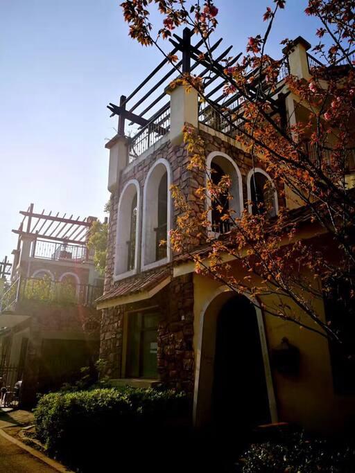 整栋楼外景具有西班牙风情,露台阳光充沛。