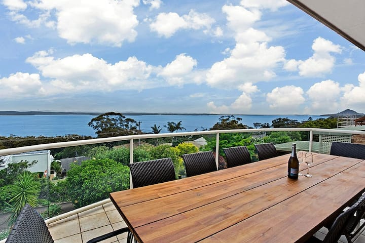 The Bay, 25 Wallawa Rd - huge home with aircon, spectacular views & chromecast