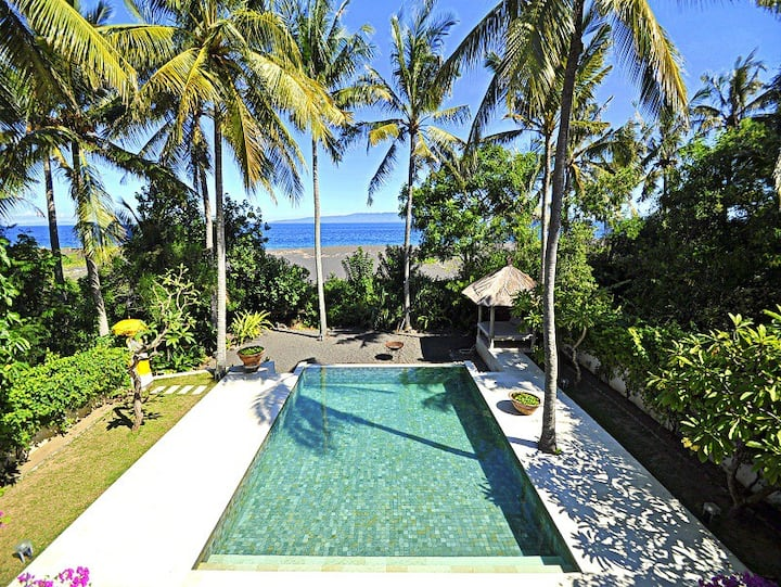 3-bedroom Beach Front Villa, 10 mins to dive sites