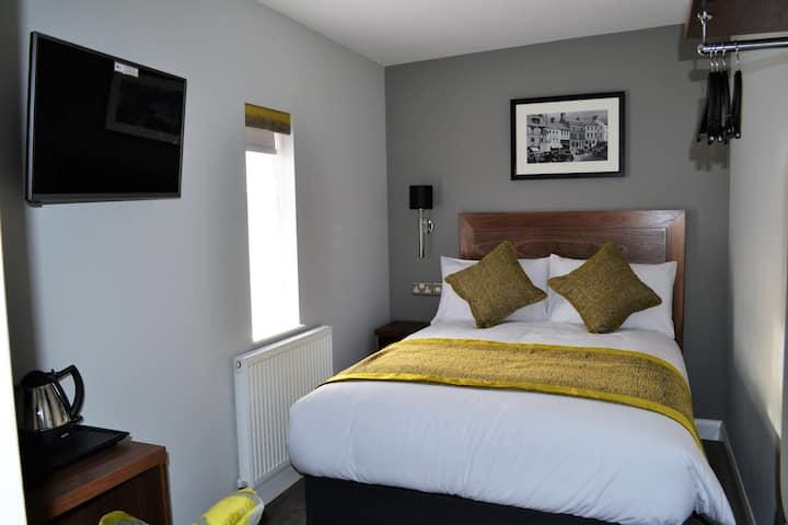 Carmarthen town centre double room with en-suite