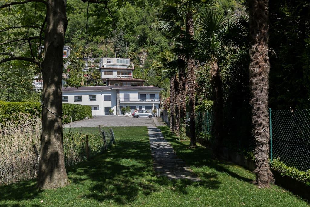 Sicht auf das Haus vom Seegrundstück. Seegrundstück zur Nutzung - Casa Cristina