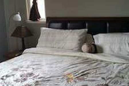 Master bedroom w/ private bathroom. - Richmond - Maison