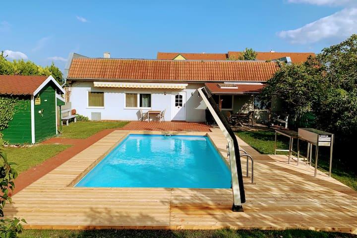 Aussicht von Terrasse auf Pool und Apartment