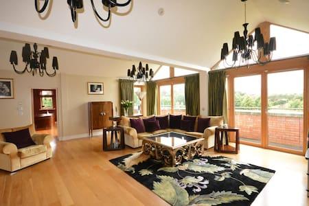 Luxury 3 bed Penthouse Apt beside Phoenix Park - Castleknock - Appartamento con trattamento alberghiero