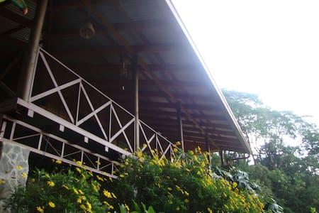 Cabaña de madera en área de montaña - San José de la Montaña