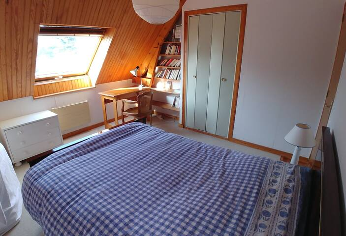 Room 2 first floor, bed size 140cm- Chambre 2 étage, lit 140cm.
