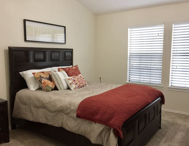 Private bedroom & bathroom - Farmers Branch - Hus