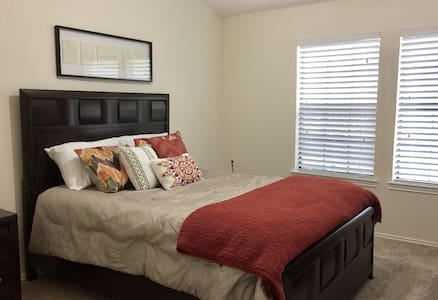 Private bedroom & bathroom - Farmers Branch