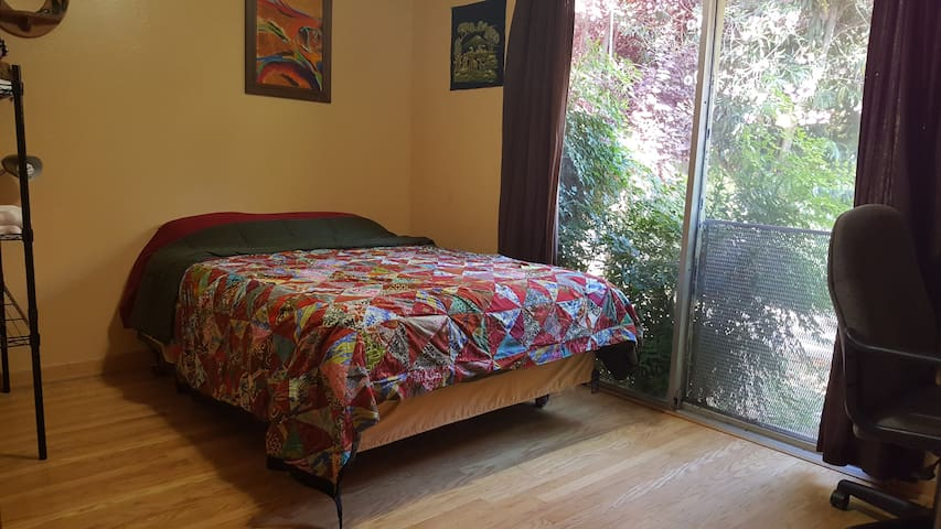 Quaint center room in lovely home near UCDavis,SMF