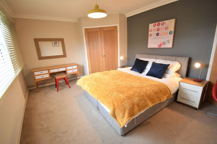 Warwick- Central Modern 2 Bedroom Apartment
