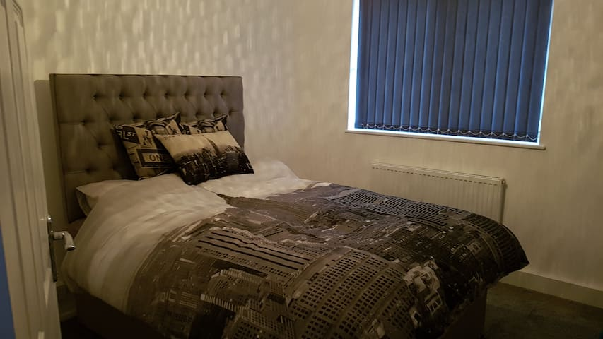 NYC Decorated Double Room for Short Stays - Guiseley
