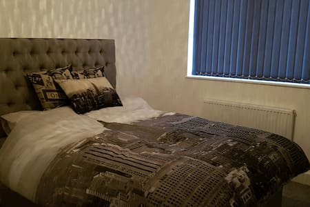 NYC Decorated Double Room for Short Stays - Guiseley - Wohnung
