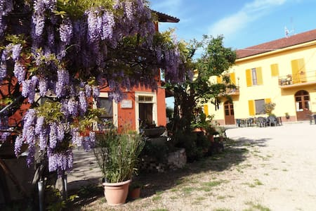 B&B  between Langhe & Monferrato - Castelnuovo Calcea - 家庭式旅館
