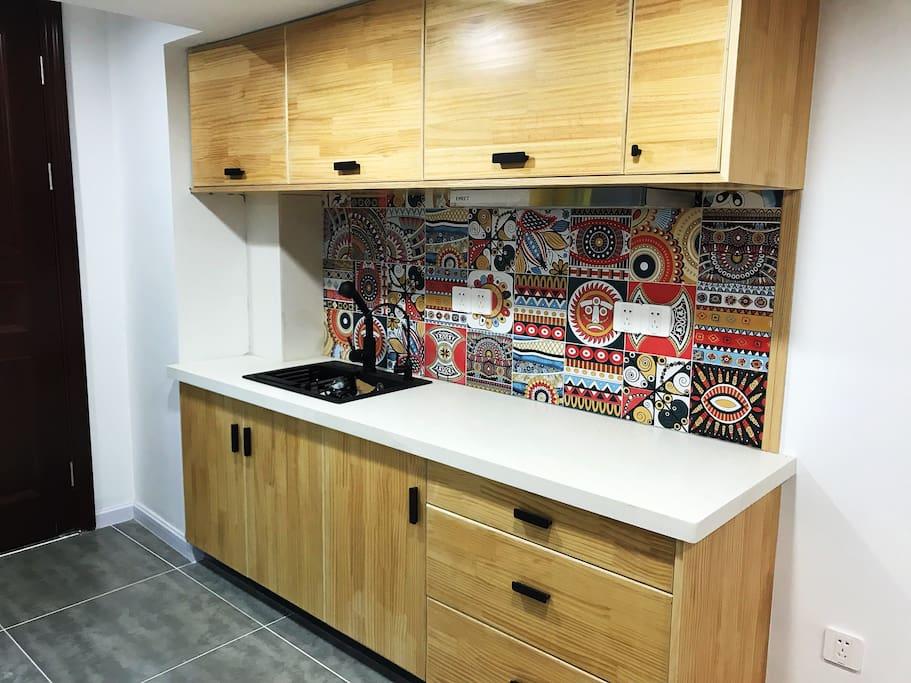 精心布置的小厨房,可以在这里享受烹煮的乐趣,楼下就有超市,蔬菜肉类都有,很方便