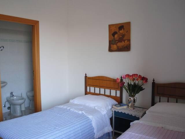 Camera con due letti e bagno