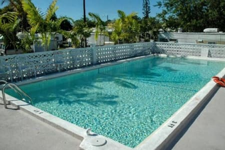 COZY AND QUAINT WITH POOL - Big Pine Key