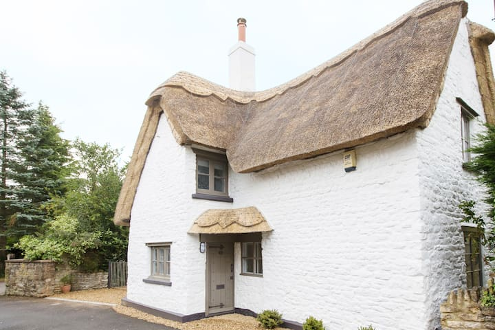 The Bee Cottage Rutland - 17th century thatched!