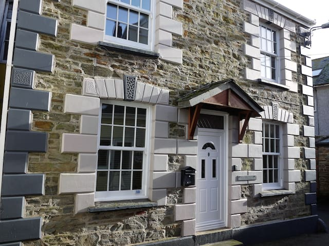 Charming 3 bed cottage steps from harbour, WIFI