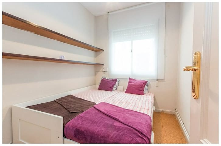 Double bed small Room with toilet - Barcelone - Maison