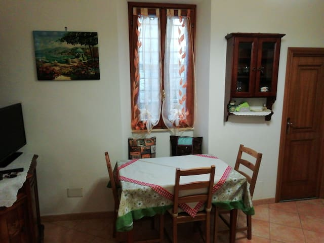 sala da pranzo (It) lunchroom (Eng) salle à manger (Fr)