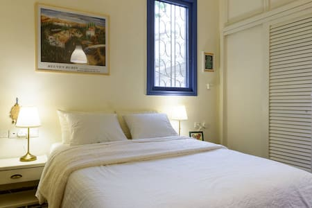 Spacious & very quiet back room in our villa - Tel Aviv-Yafo