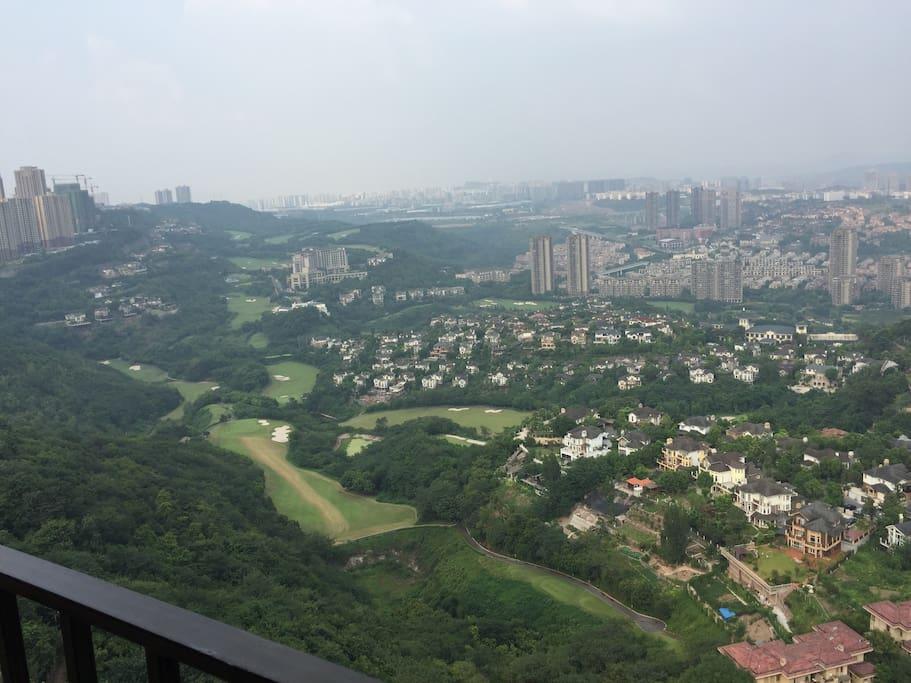 客厅阳台及主卧窗观高尓夫球场,景色怡人,通风性好